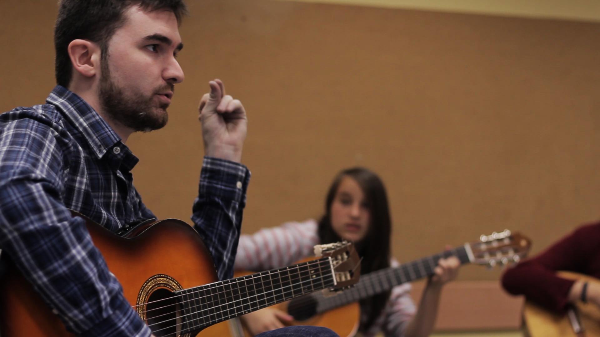 dando clases de guitarra barcelona en el centro civico matas i ramis